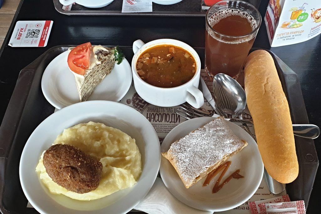 Oběd v Kyjevě. Soljanka, játrový dort, bramborová kaše, karbenátek. Jak nápoj Uzvar